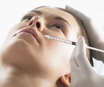 Senėjimo požymius veide galima įveikti hialurono injekcijomis