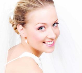 Balta šypsena vestuvių fotografijose